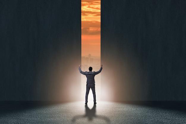 Empresário caminhando em direção a sua ambição