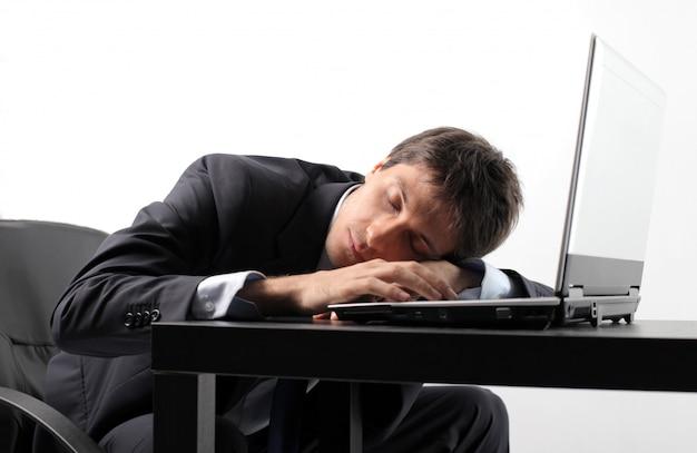 Empresário cansado dormindo