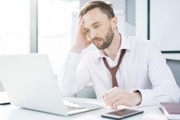 Empresário cansado no trabalho