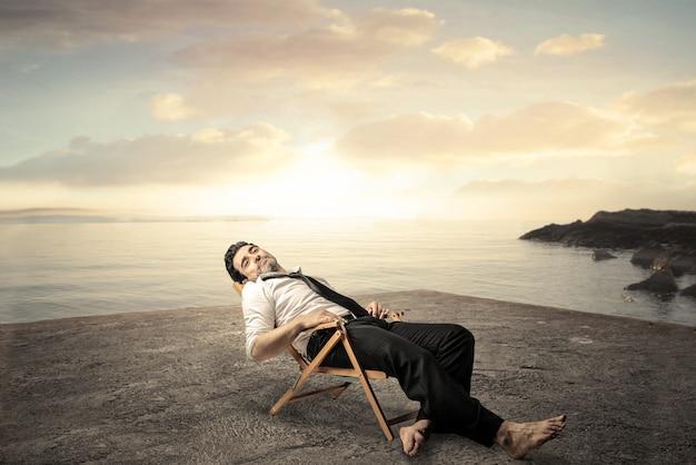 Empresário cansado relaxante