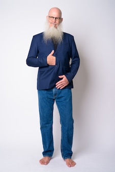 Empresário careca maduro com barba comprida, usando terno e óculos
