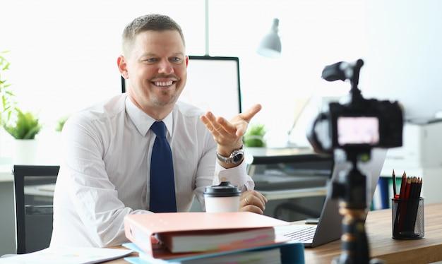 Empresário caucasiano adulto fazer oficina on-line