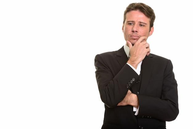 Empresário caucasiano bonito pensando enquanto olha para baixo