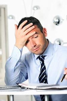 Empresário caucasiano com excesso de reservas estressado e cansado