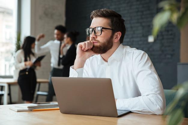 Empresário caucasiano jovem concentrado