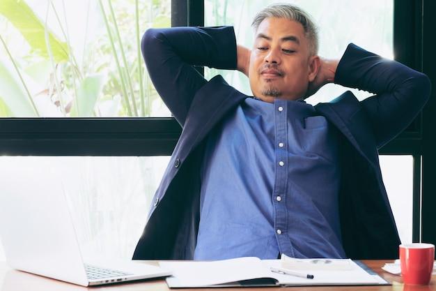 Empresário ceo trabalhando no escritório