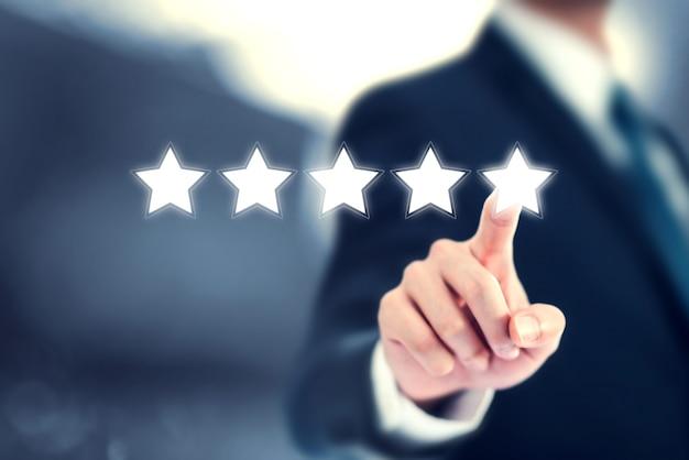 Empresário clica em cinco estrelas para aumentar a avaliação de sua empresa