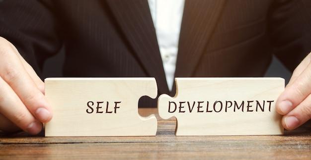 Empresário coleta quebra-cabeças autodesenvolvimento.