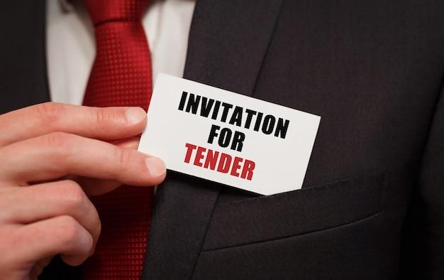 Empresário colocando no bolso um cartão com o texto convite para oferta
