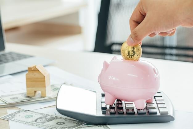 Empresário, colocando uma moeda em um cofrinho rosa