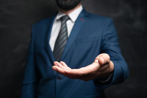 Empresário com a mão vazia na superfície escura