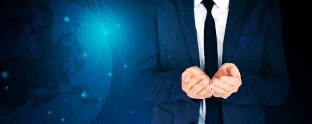 Empresário com as mãos em forma de concha em tom azul