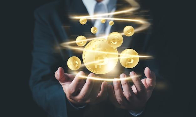 Empresário com as mãos oferece design de conceito de bitcoin, como ganhar dinheiro com bitcoin - homem de negócios, criando bitcoins com a mão.