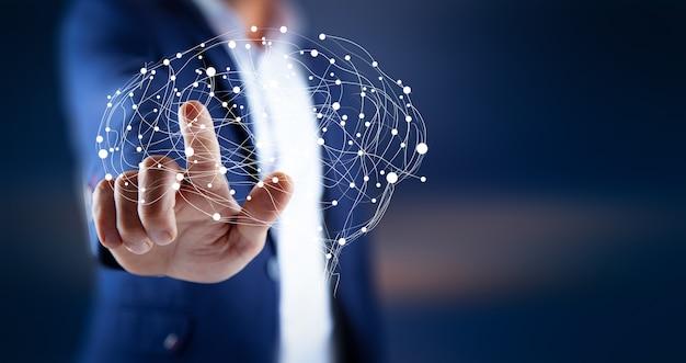 Empresário com as mãos segurando um cérebro poligonal abstrato no escuro