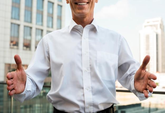 Empresário com as palmas das mãos de frente para o outro