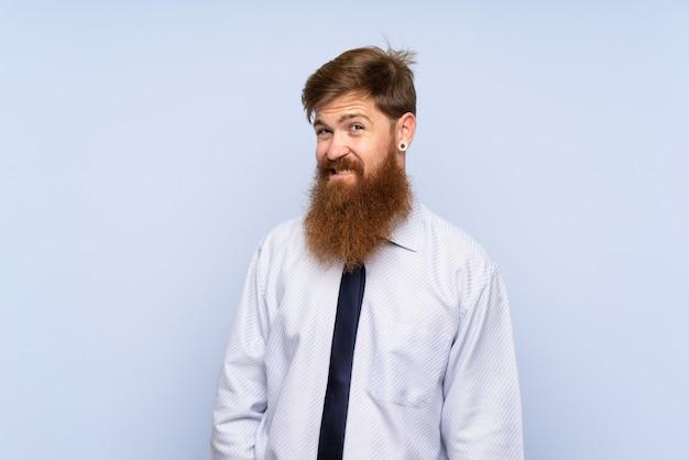 Empresário com barba longa, tendo dúvidas e com expressão de rosto confuso
