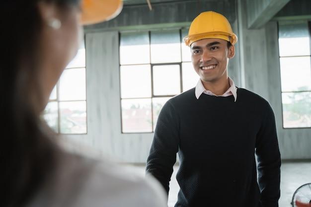 Empresário com capacete de segurança trabalhando juntos
