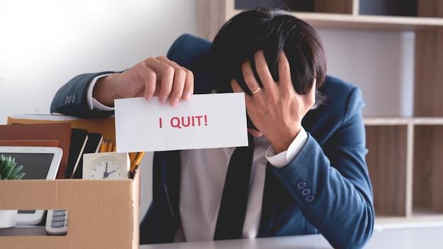 Empresário com carta de demissão