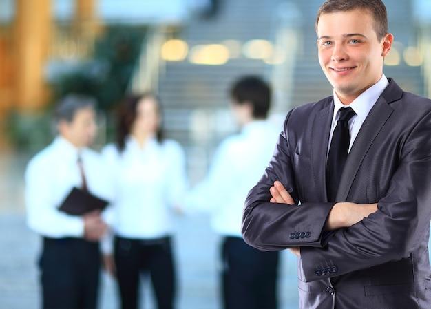 Empresário com colegas de trabalho.