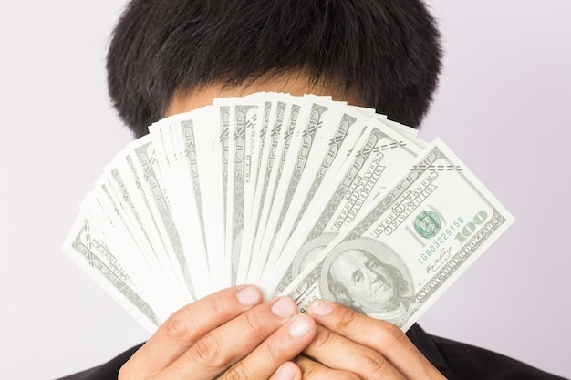 Empresário com dinheiro em estúdio