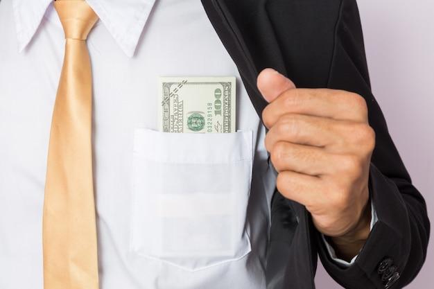 Empresário com dinheiro no estúdio. conceito de negócios