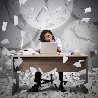 Empresário com expressão entediada e relógio