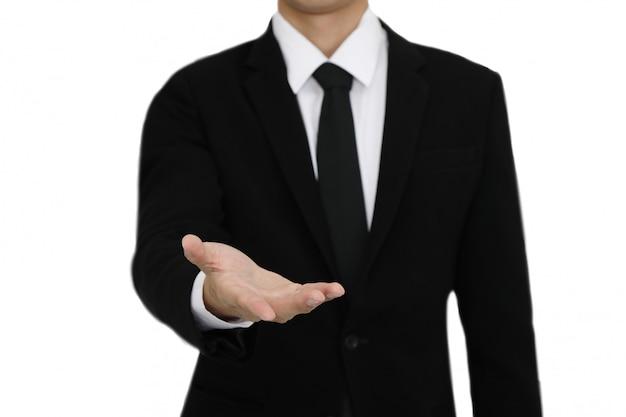 Empresário com gesto de mão aberta apresentando copyspace em branco