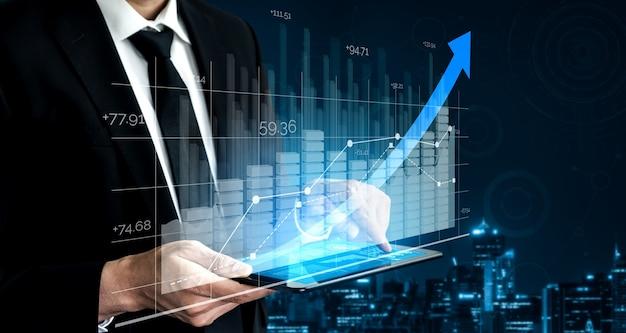 Empresário com gráfico de relatório para a frente para o crescimento do lucro financeiro do investimento no mercado de ações.