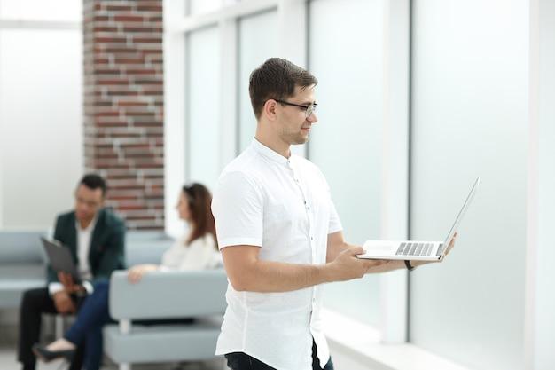 Empresário com laptop no centro de negócios
