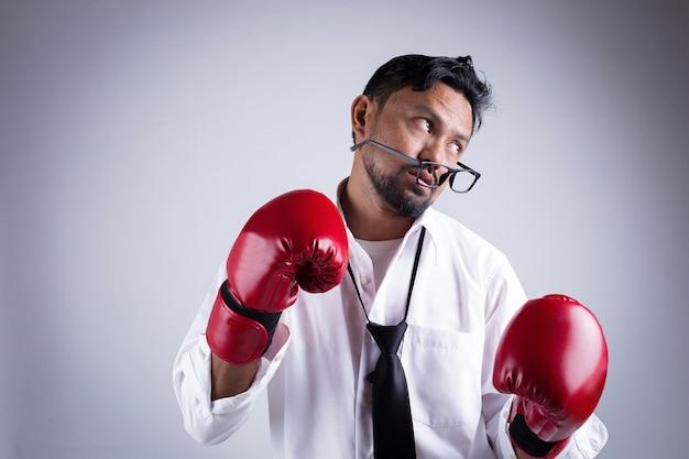 Empresário com luvas de boxe, prontos para lutar