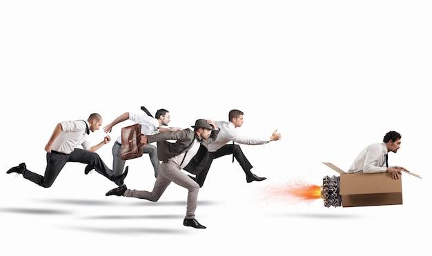 Empresário com míssil de papelão vence e vence uma corrida contra oponentes