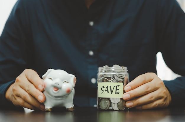 Empresário com poupança, investimentos, impostos, seguros e aposentadoria. conceito de negócio financeiro.