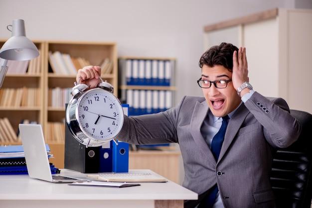 Empresário com relógio falhando em cumprir os prazos