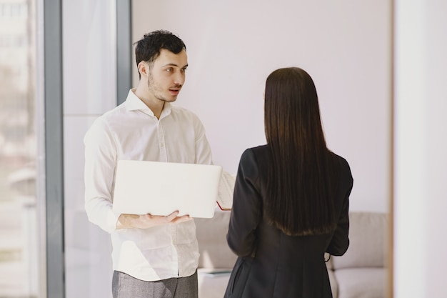 Empresário com seu parceiro trabalhando em um escritório