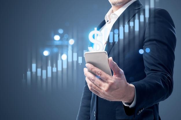 Empresário com telefone celular, mostrando um gráfico de barras virtual do dólar. conceito de marketing digital