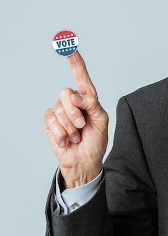 Empresário com um adesivo de voto no dedo indicador