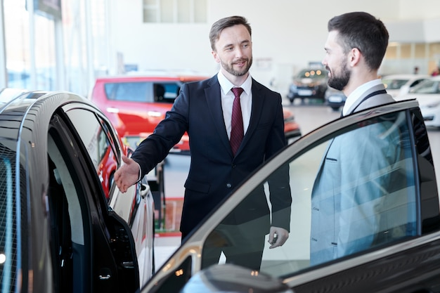 Empresário compra carro novo