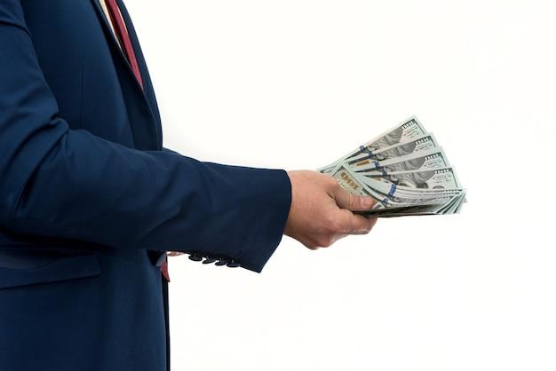 Empresário comprando ou alugando um produto ou serviço, dando dólares, isolados no branco. a mão masculina oferece um suborno.