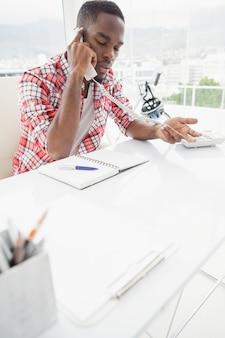 Empresário concentrado telefonando e gesticulando