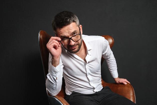Empresário concentrado usando óculos