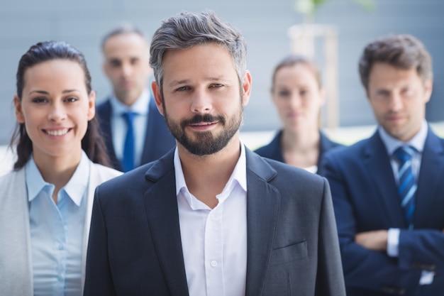 Empresário confiante com colegas