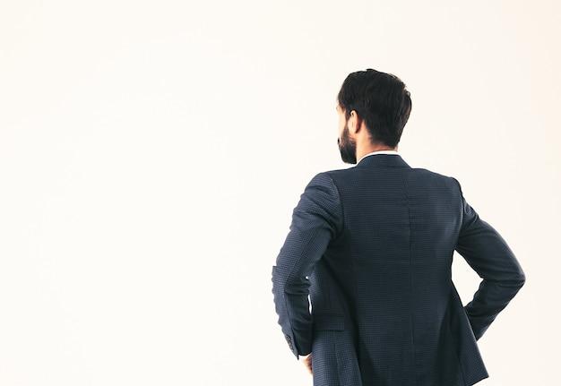 Empresário confiante em um terno de negócio de pé