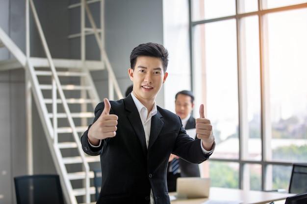 Empresário confiante, mostrando os polegares