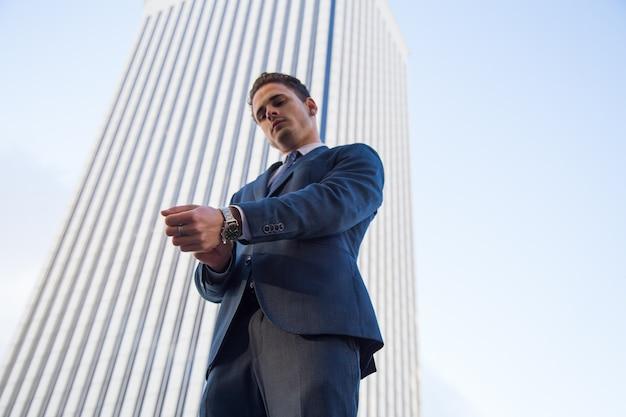 Empresário confiante na cena urbana.