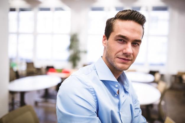Empresário confiante na sala de reuniões