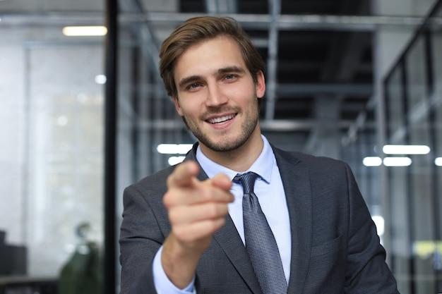 Empresário confiante, olhando para a câmera, falando sobre a estratégia da empresa e o plano de negócios, explicando o sucesso corporativo.