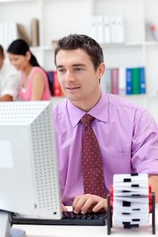 Empresário confiante trabalhando em seu computador