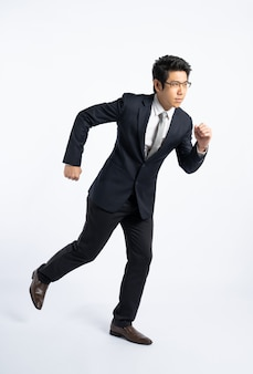 Empresário confidencial em roupa formal, executando o conceito de poder isolado, determinado e total