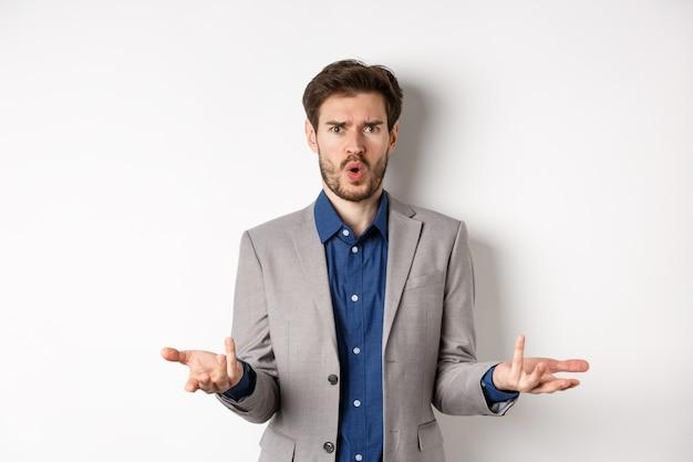 Empresário confuso e chocado levantando as mãos e perguntando o que aconteceu
