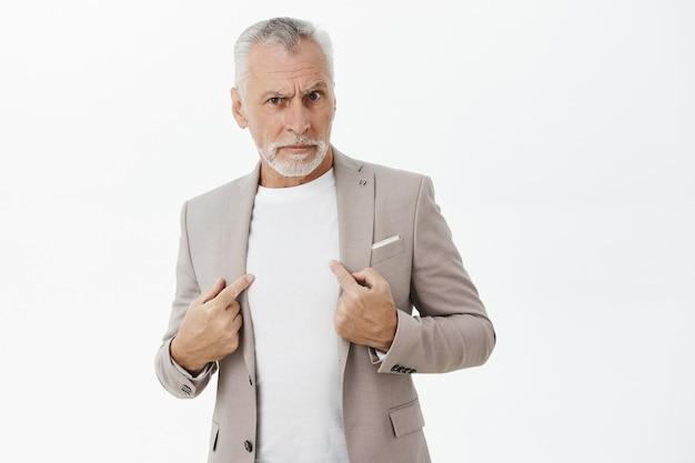 Empresário confuso e desconfiado apontando para si mesmo
